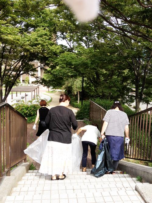 会社近くの公園の清掃活動